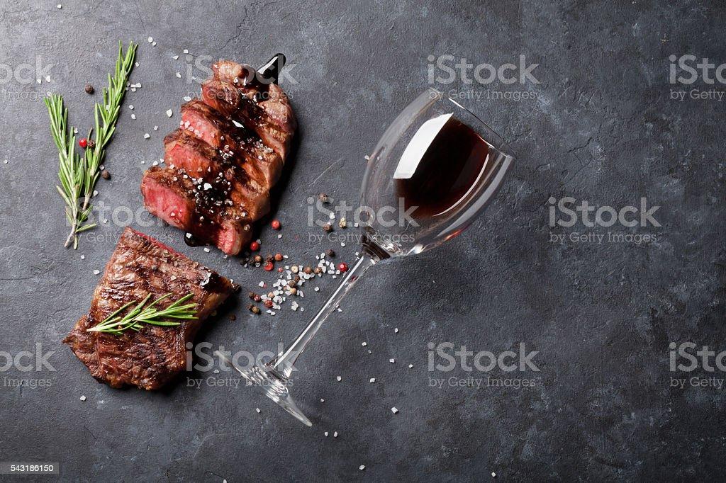 Rodajas de carne de res a la parrilla - Foto de stock de Acostado libre de derechos
