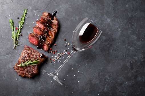 Rodajas De Carne De Res A La Parrilla Foto de stock y más banco de imágenes de Acostado