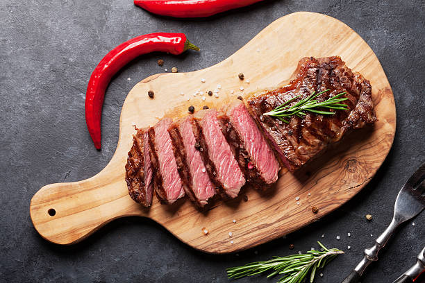 grilled sliced beef steak - strip steak stockfoto's en -beelden