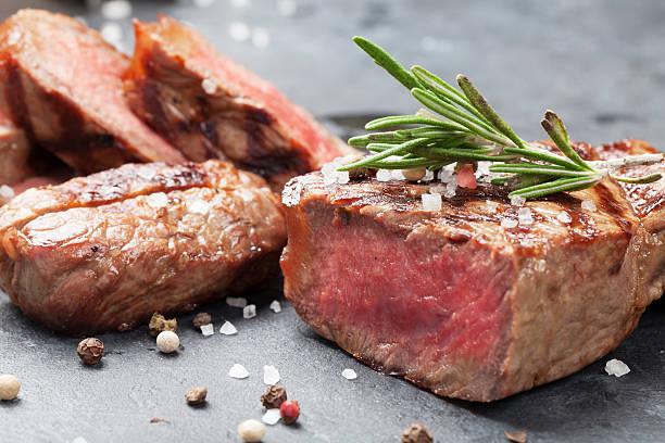 gegrilltes rindfleisch steak - grillstein stock-fotos und bilder