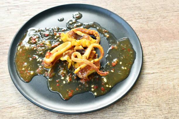 gegrillte tintenfisch dressing würzige sauce - peperoni stiche stock-fotos und bilder