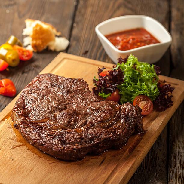 gegrilltes steak und gemüse - steak anbraten stock-fotos und bilder