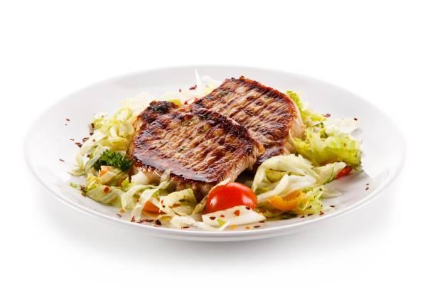 gegrilltes steak und gemüse - schnitzel braten stock-fotos und bilder