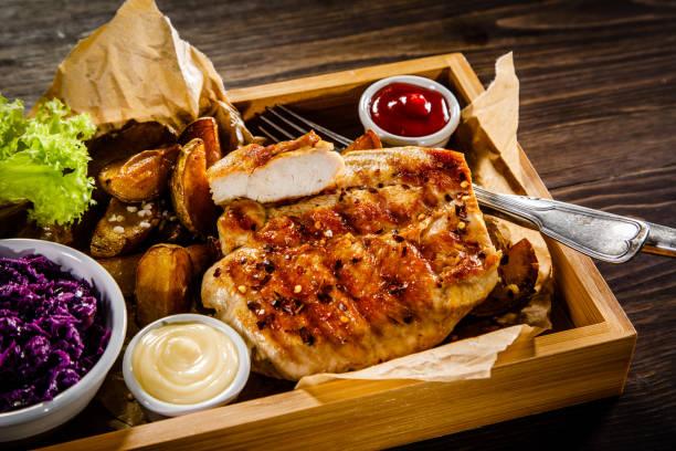 gegrilltes steak, gebackene kartoffeln und salat - schnitzel braten stock-fotos und bilder