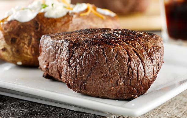 gegrilltes steak zum abendessen. - steak anbraten stock-fotos und bilder