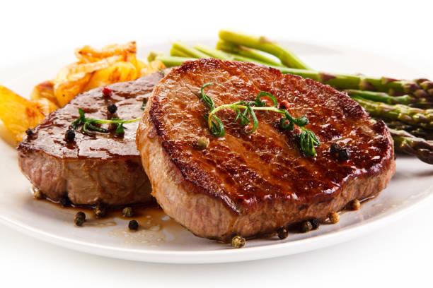 gegrilltes steak mit spargel - schnitzel braten stock-fotos und bilder