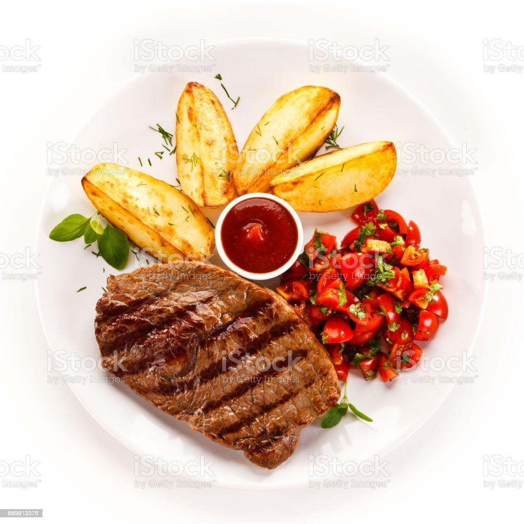 Bifteck grillé au four pommes de terre et légumes - Photo