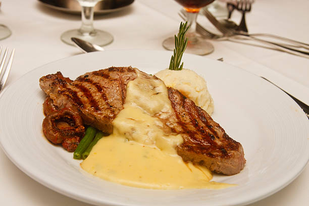 gegrilltes steak mit sauce bernaise auf weißen teller - sauce bernaise stock-fotos und bilder