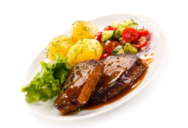 gegrilltes steak mit gekochten potataoes und gemüse - kürbisschnitzel stock-fotos und bilder