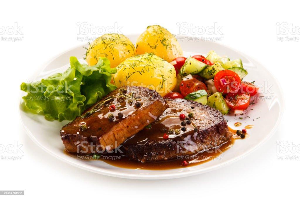 Gegrilltes Steak mit gekochten Potataoes und Gemüse – Foto