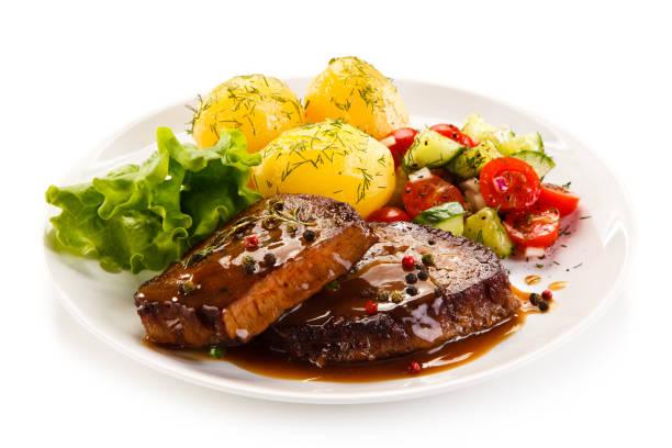 gegrilltes steak mit gekochten potataoes und gemüse - schnitzel braten stock-fotos und bilder