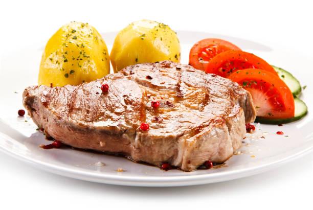 gegrilltes steak mit salzkartoffeln und gemüse - schnitzel braten stock-fotos und bilder