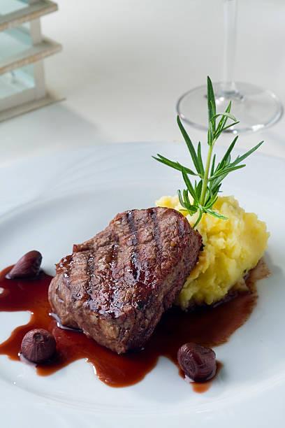 gegrilltes steak mit kartoffelpüree - weinsoße stock-fotos und bilder