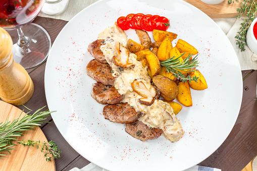 웨지 감자 구이 스테이크 감자 요리에 대한 스톡 사진 및 기타 이미지