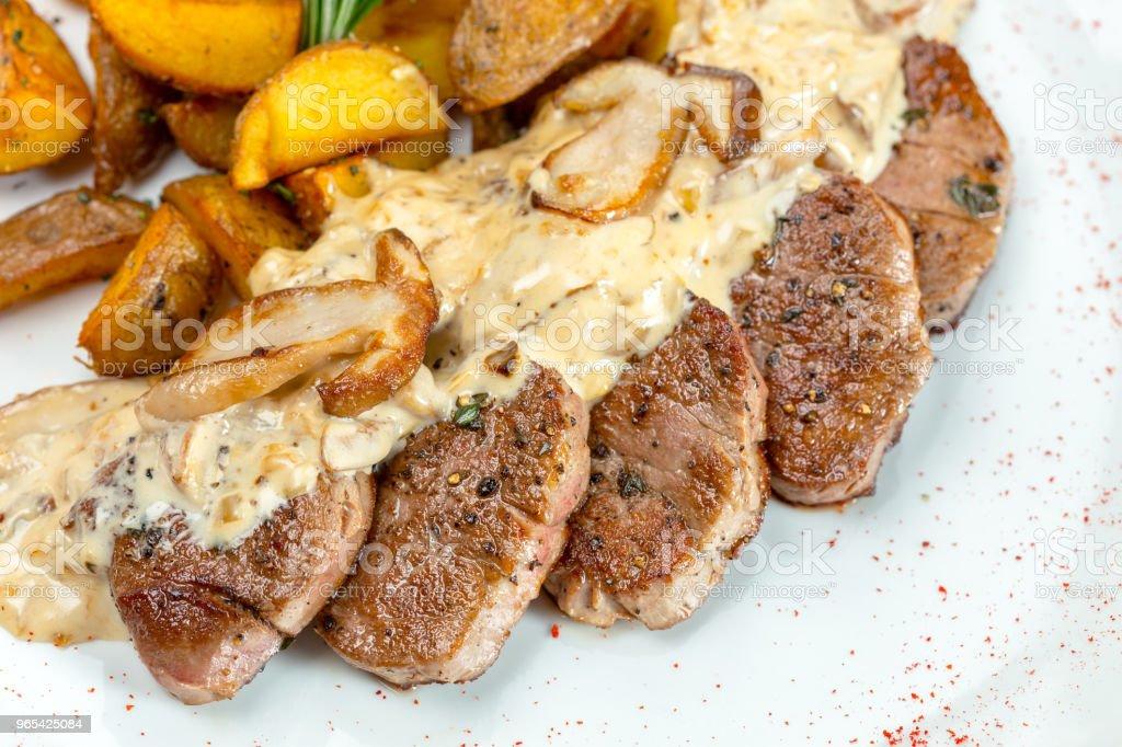 Gegrilltes Steak mit Kartoffelspalten - Lizenzfrei Blutig Stock-Foto