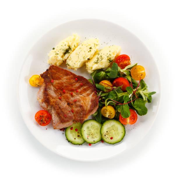 gegrilde steak met puree en groenten - portie stockfoto's en -beelden