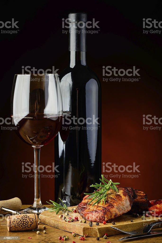 Gegrilltes steak mit Rosmarin und Wein – Foto