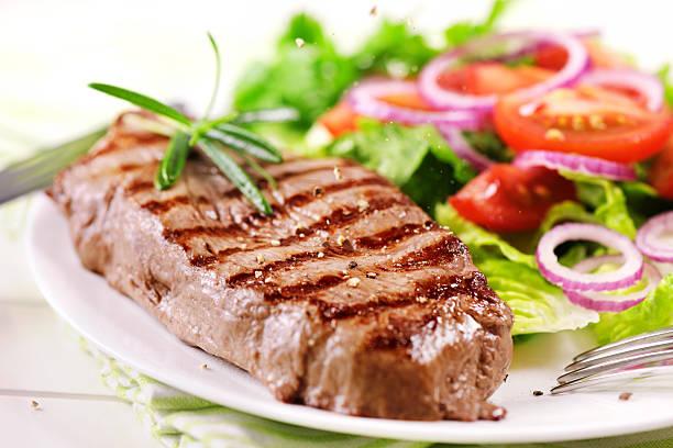 grilled steak with salad - sirloin stockfoto's en -beelden