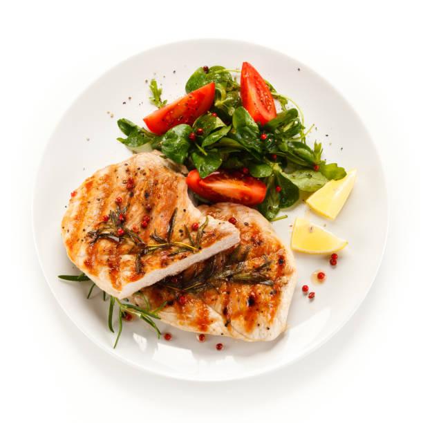 Gegrillte Steaks und Gemüse auf weißem Hintergrund – Foto