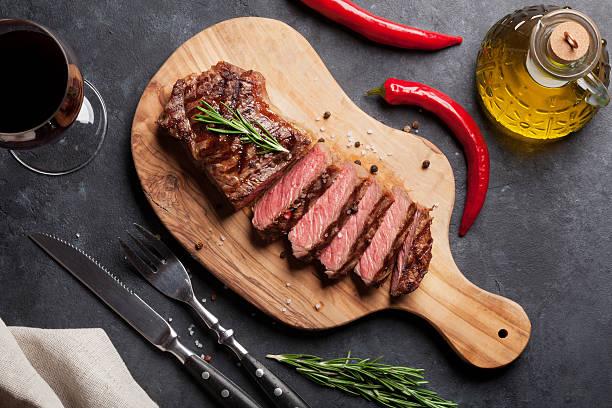 grilled striploin steak and wine - vleesdelen stockfoto's en -beelden