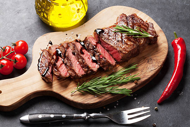 grilled striploin steak - strip steak stockfoto's en -beelden