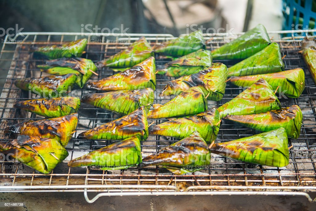 Grilled stuffed Glutinous rice wrapped in banana leaves on stove Lizenzfreies stock-foto
