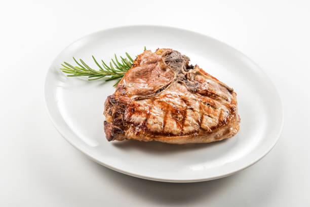 gegrilltes t-bone-kotelett vom schwein - gegrilltes schweinekoteletts stock-fotos und bilder