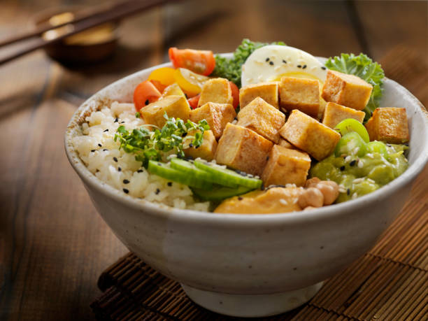 gegrilde tofu buddha bowl - vleesvervanger stockfoto's en -beelden