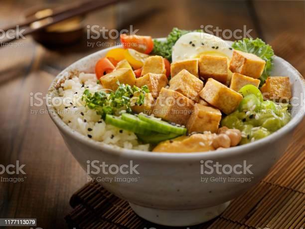 Gegrilde Tofu Buddha Bowl Stockfoto en meer beelden van Avocado