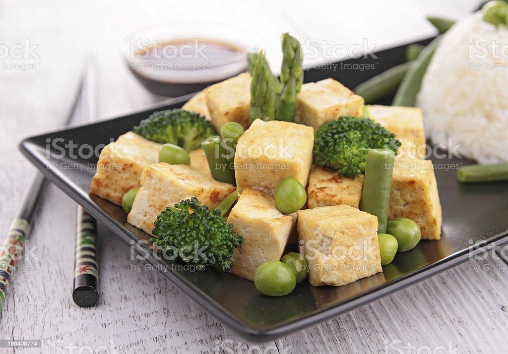 La parrilla, tofu con arroz y verduras - foto de stock