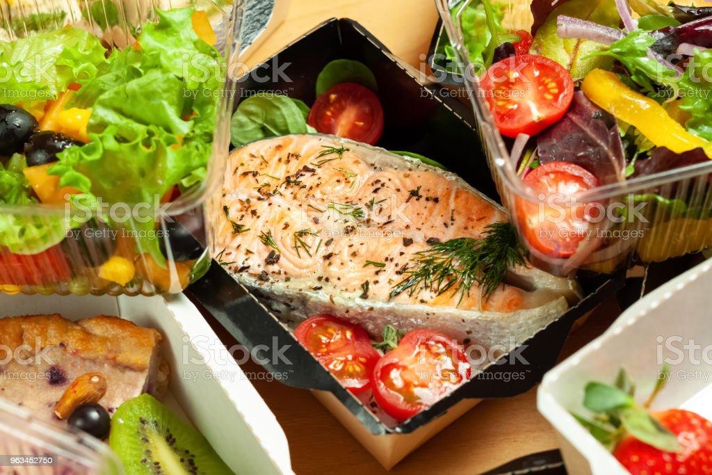 Truite grillée avec du riz et tomates cerises - Photo de Aliment libre de droits