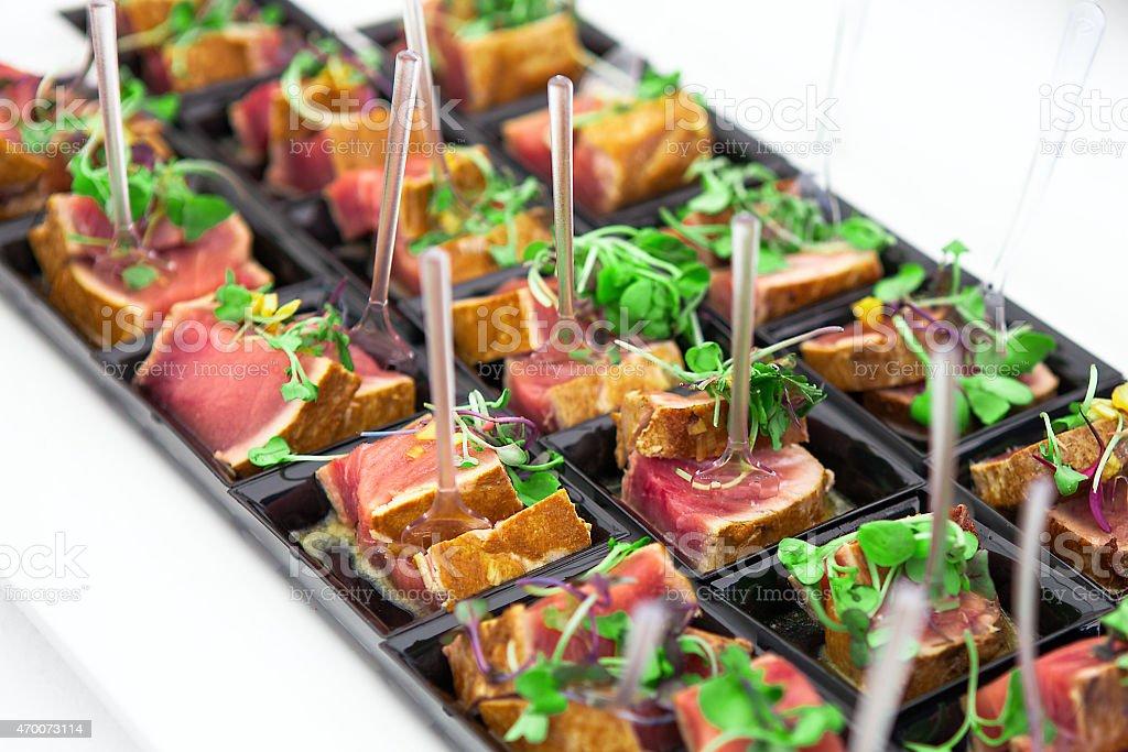 Gegrilltes Thunfisch verlängert werden serviert mit frischen grünen Kräutern – Foto