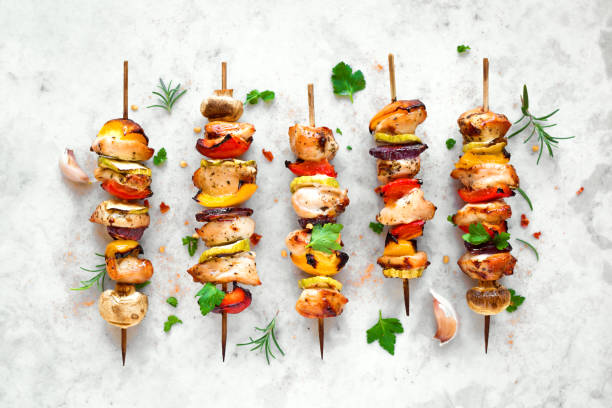 grilled vegetable and chicken skewers - жареный на гриле стоковые фото и изображения