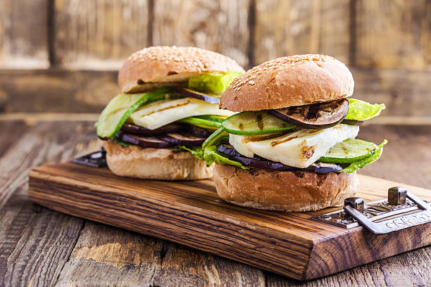 grilled vegetable and haloumi burger with romaine lettuce - pratos vegetarianos - fotografias e filmes do acervo