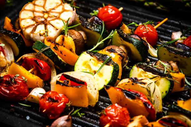 barbacoa a la parrilla wegetables en skewers con hierbas frescas y especias. comida de barbacoa de verano - grilling fotografías e imágenes de stock