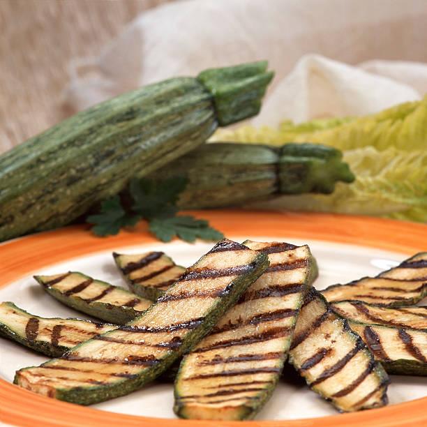 Gegrillte zucchini auf Teller – Foto