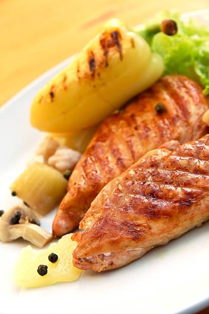 gegrillte gebratenem truthahn-schnitzel fleisch mit gemüse - paprikaschnitzel stock-fotos und bilder