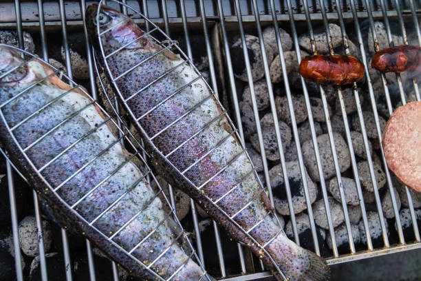 grillen - peixe na grelha imagens e fotografias de stock