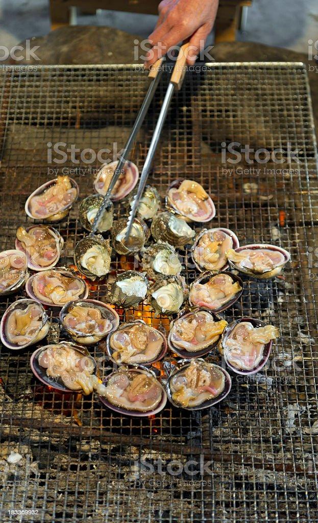 Asar abalone y las cápsulas vacías en la barbacoa en Japón - foto de stock
