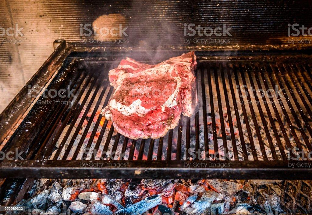 Foto De Grilling Big Tbone Steak On Natural Charcoal Barbecue Grill E Mais Fotos De Stock De Acampar Istock