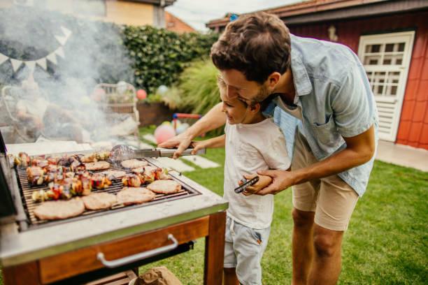 grillowanie mięsa z tatą - grillowany zdjęcia i obrazy z banku zdjęć