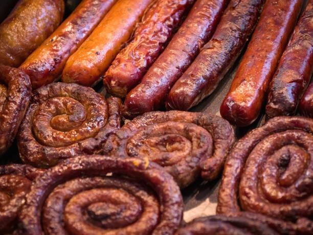 grillen wurst auf der barbecue-grill. - top restaurants münchen stock-fotos und bilder