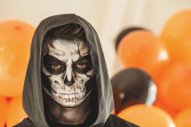 sensenmann maske - coole halloween kostüme stock-fotos und bilder