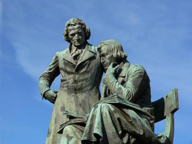 brüder grimm-statue - berühmte literarisches denkmal in hanau stadt, deutschland - die brüder grimm stock-fotos und bilder
