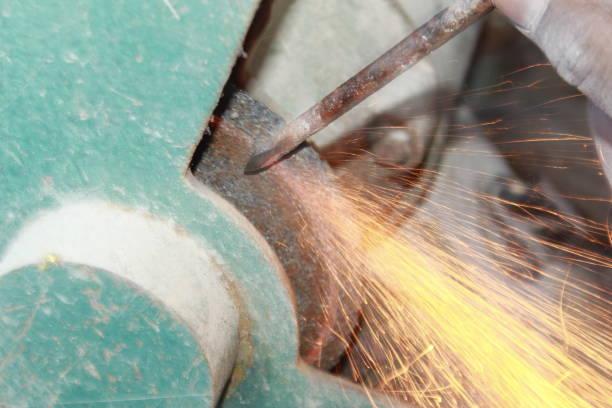 schleifen von metall mit funken fliegen. - europäisch geschliffene diamanten stock-fotos und bilder