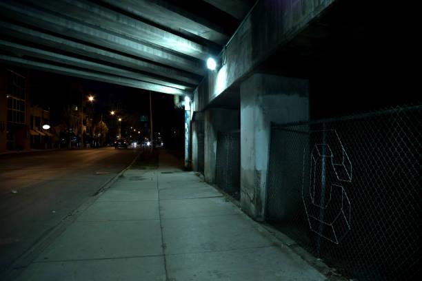 düstere dunkle chicago autobahn brücke unterführung mit verkehr in der nacht. - schlechte laune sprüche stock-fotos und bilder