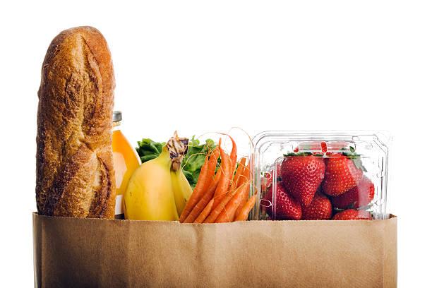 prodotti per drogherie, sano cibo fresco in un sacchetto di carta su sfondo bianco - fruit juice bottle isolated foto e immagini stock