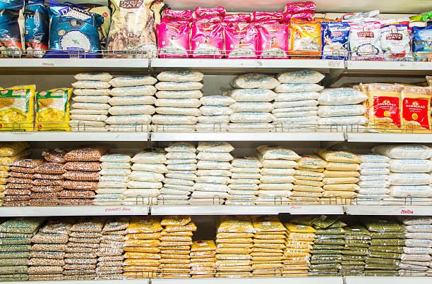 grocery shelf in bangalore supermarket, india - bloem stapelvoedsel stockfoto's en -beelden