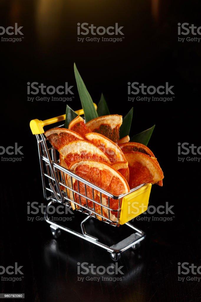 Einkaufen Warenkorb mit Früchten auf schwarzem Hintergrund – Foto