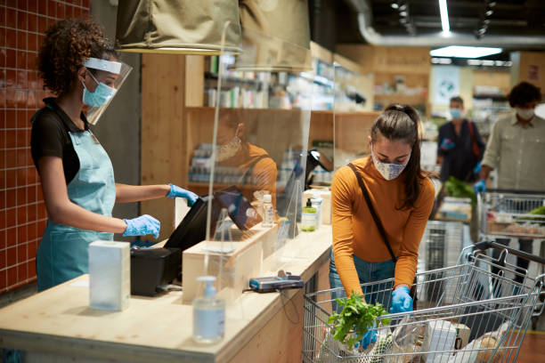 Lebensmittel-Shopping-Check-out mit einem Kunden und einer Kassiererin. – Foto
